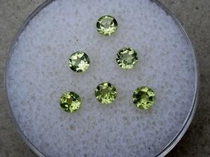 6 peridot round gems 3mm each
