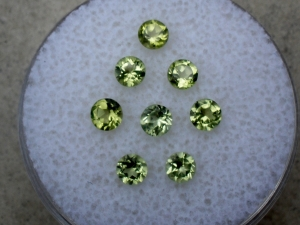 8 peridot round gems 3mm each