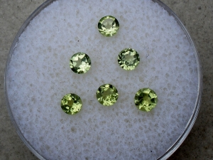 6 peridot round gems 3mm each